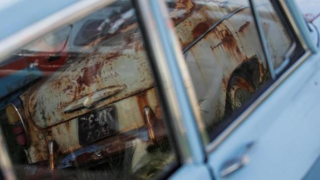 Pengunjung bisa menyaksikan karat menggerogoti sebagian besar bodi mobil-mobil itu. (REUTERS/Maxim Shemetov)