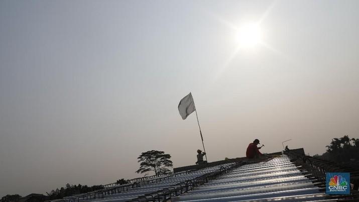 Pekerja menyelesaikan bangunan Proyek Tol Kunciran-Serpong, Tangerang Selatan, Banten, Jumat (28/9). Jalan Tol Kunciran-Serpong sepanjang 11,2 km ini merupakan bagian dari jaringan JORR 2 yang akan menghubungkan Bandara Soekarno-Hatta hingga Cibitung. Jaringan jalan tol ini berfungsi memecah lalu lintas yang saat ini menumpuk di dalam kota Jakarta, maupun di JORR. PT Marga Trans Nusantara (MTN) menargetkan pembangunan proyek Jalan Tol Kunciran-Serpong rampung pada Januari 2019. Dengan begitu, ruas tol yang menjadi bagian dari jaringan Jalan Tol Jakarta Outer Ring Road 2 (JORR 2) ini diharapkan bisa beroperasi pada April 2019.  (CNBC Indonesia/Muhammad Sabki)