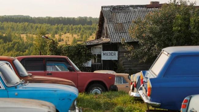 Di sekitar museum terlihat di sebuah rumah pensiunan montir mobil, Mikhail Krasinets. (REUTERS/Maxim Shemetov)