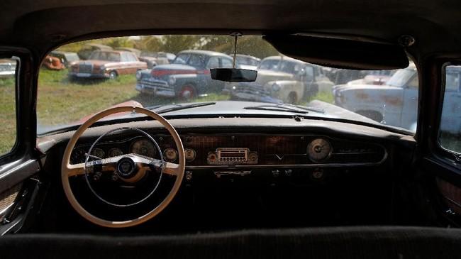Tampilan interior mobil milik Mikhail Krasinets masih menampilkan wujud aslinya. (REUTERS/Maxim Shemetov)