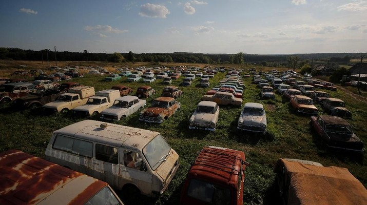 Kisah Pria yang Hidup Bersama Ratusan Mobil Rongsok