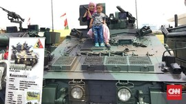 Antusiasme Anak-anak Melihat Pameran Alutsista TNI