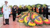 Vietnam menggelar upacara emosional untuk mengantar Presiden Tran Dai Quang ke tempat peristirahatan terakhirnya di Hanoi. (Nhan Sang/VNA/Handout via Reuters)