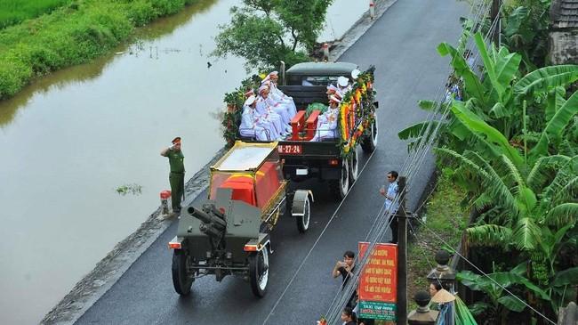 Jenazah itu dibawa keliling Hanoi agar warga dapat menyampaikan salam perpisahan mereka. (Minh Duc/VNA/Handout via Reuters)