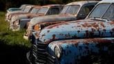 Mobil-mobil retro yang dimiliki oleh pensiunan mekanik Mikhail Krasinets dipajang di museum ruang terbuka era Soviet di desa Chernousovo, wilayah Tula, Rusia (REUTERS/Maxim Shemetov)