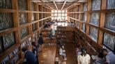 Arsitek Li Xiaodong yang mendesain perpustakaan ini sebenarnya juga memakai baja dan kaca, namun dia memanfaatkan cabang dan ranting sebagai sentuhan eksterior akhir. (AFP PHOTO / Fred Dufour)