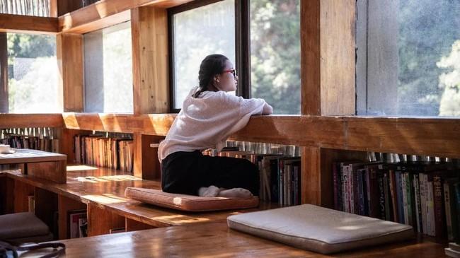 Keindahan dan ketenangan Perpustakaan Liyuan menjadi begitu diminati, sampai akhirnya pemilik perpustakaan melarang pengunjung mengambil foto di dalam ruangan karena sudah mengganggu pengunjung lain. (AFP PHOTO / Fred Dufour)