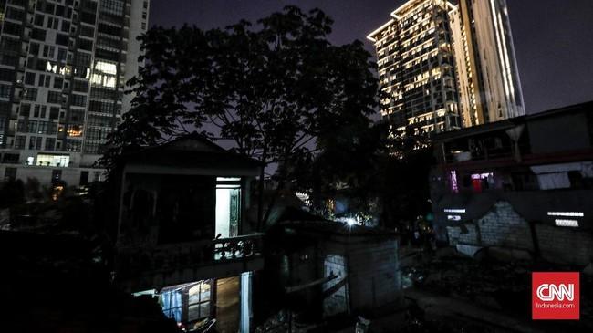 Lahan perkampungan di Jakarta semakin tergerus karena maraknya pembangunan gedung-gedung pencakar langit. Sehingga banyak warga asli yang terpaksa meninggalkan tempat tinggalnya dan pindah ke daerah lain di pinggiran ibu kota. (CNNIndonesia/Safir Makki).