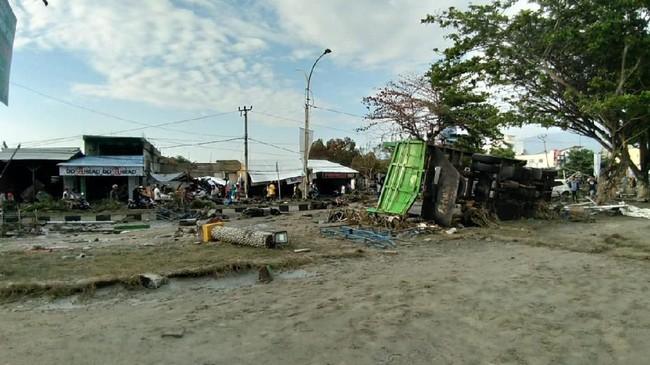 Pemerintah masih sulit memastikan jumlah korban dan bantuan yang dibutuhkan karena saluran komunikasi di Donggala terputus. (AFP PHOTO / OLA GONDRONK)