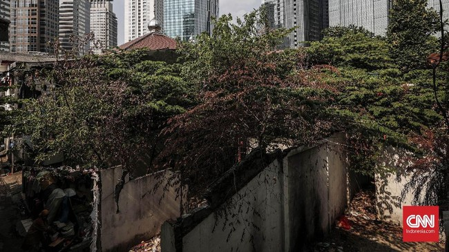 Satu demi satu rumah terjual, berganti dengan proyek pembangunan gedung tinggi yang akan dijadikan perkantoran, apartemen dan pusat bisnis lainnya. (CNNIndonesia/Safir Makki).
