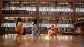 Rak-rak buku terbuat dari kayu yang juga jadi pondasi bangunan. Pada dasarnya, bangunan ini sendiri hanyalah sebuah ruangan ekstra besar. (AFP PHOTO / Fred Dufour)