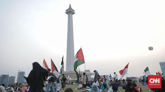 """Ribuanorang menghadiri acara """"Doa Bersama untuk Bangsa dan Keselamatan Imam Besar Umat Islam Nasional yang Sedang Dizhalimi, Sekaligus Santunan 1.000 Anak Yatim"""" yang diadakan di Monas, Jakarta (29/9)."""