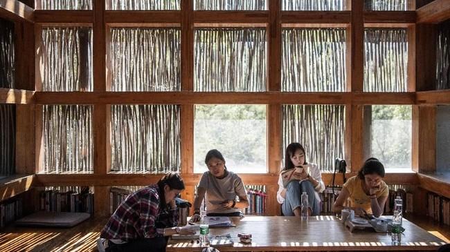 Nuansa alami sangat terasa bukan saja karena lokasi perpustakaan, namun juga penggunaan ranting dan cabang pohon kastanye, kenari, serta pohon persik. (AFP PHOTO / Fred Dufour)
