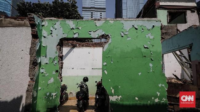 Runtuhan rumah warga yang telah dijual kepada pengembang. Harga yang ditawarkan cukup menggiurkan kendati harus pindah ke pinggiran Jakarta. (CNNIndonesia/Safir Makki).