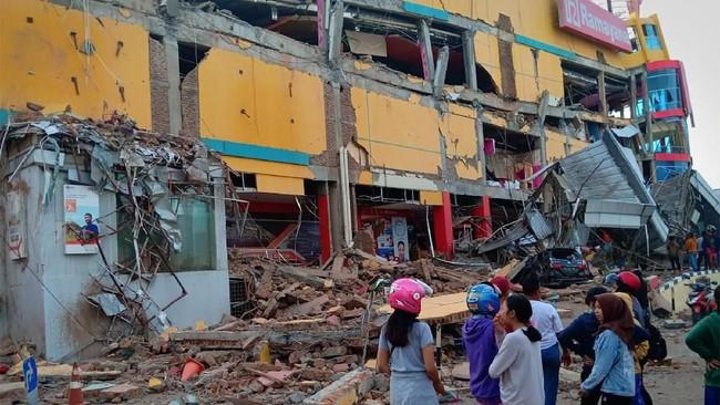 Gempa bumi magnitud0 7,4 SR mengguncang Palu menyebabkan kerusakan parah di kota itu. (ANTARA FOTO/Rolex Malaha)
