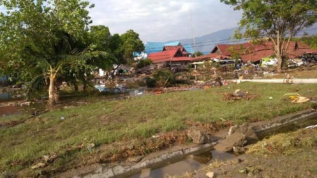 Sejumlah korban mengaku mengungsi di ruas-ruas jalan di lereng bukit dalam keadaan lapar karena pasokan makanan habis. (AFP PHOTO / OLA GONDRONK)