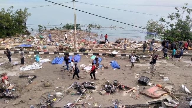 Badan Meteorologi, Klimatologi, dan Geofisika (BMKG) melaporkan bahwa tsunami setinggi 1,5 hingga 2 meter menghantam Palu setelah gempa terjadi. (AFP PHOTO / OLA GONDRONK)