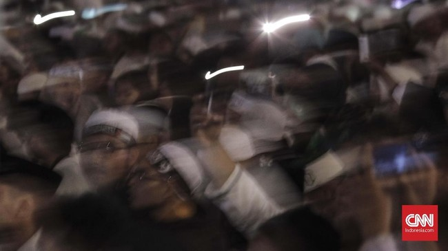Acara doa bersamaini digelar sehari sebelum peringatan peristiwa G30S. Panitia acara pun sibuk menyerukan bahaya dan ancaman kebangkitan komunis.(CNN Indonesia/ Hesti Rika)