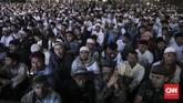 Acara diisi oleh tausiyah keagamaan dari sejumlah tokoh agama seperti ustaz Abdul Somad hingga Rizieq Shihab yang masih berada di Arab Saudi. Suara pidato Rizieq diputar di hadapan ribuan massa yang memadati lapangan Monas. CNN Indonesia/ Hesti Rika)