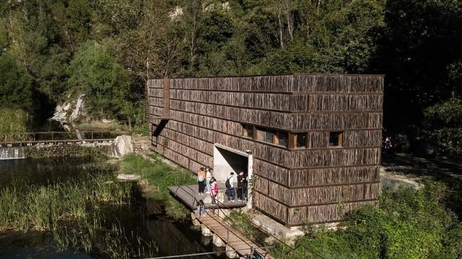 Perpustakaan Liyuan di Desa Jiaojiehe terletak di atas sungai kecil, berada di tengah lembah di Jepang. (AFP PHOTO / Fred Dufour)
