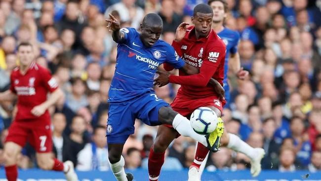 Duel lini tengah antara duo gelandang jangkar N'Golo Kante (Chelsea) dan Georginio Wijnaldum jadi salah satu yang terketat di laga ini. (REUTERS/David Klein)