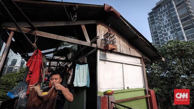 Kaum urban berduyun mengejar mimpi, mengais rupiah di Jakarta. Meskipun menyewa kontrakan ala kadarnya untuk berebut
