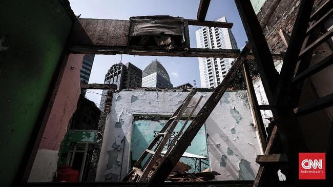 Pembangunan tak pernah henti, warga tak berdaya menjual rumah dan beralih hidup di pinggiran Jakarta. (CNNIndonesia/Safir Makki).