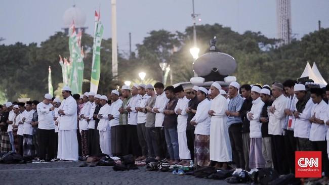 Sebelum acara doa bersama dimulai panitia acara menggelar salat maghrib berjemaah di lapangan Monas, Jakarta.