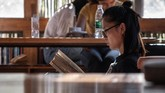 Perpustakaan ini hanya bisa menampung maksimal 40 orang pengunjung dalam satu waktu. Mereka membaca sembari duduk di lantai atau di atas panggung kecil yang didesain sebagai lounge. (AFP PHOTO / Fred Dufour)