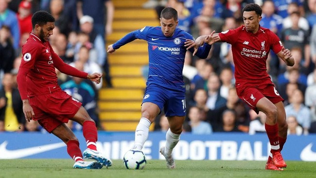 Eden Hazard membawa Chelsea unggul melalui tembakan kaki kiri terukur untuk menaklukkan kiper Liverpool Alisson Becker. (Reuters/John Sibley)