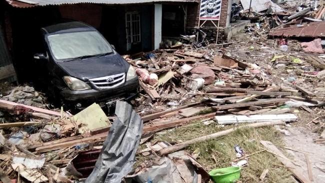 Saat ini warga di Palu dan Donggala membutuhkan bantuan seperti makanan siap saji, air bersih, susu dan popok bayi, hunian sementara, tenaga medis dan obat-obatan. (REUTERS/Stringer NO RESALES. NO ARCHIVES)
