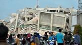 Data BNPB per Minggu (30/9) mencatat ada405 korban tewas dan 540 orang terluka akibat gempa. Jumlah itu diyakini akan terus bertambah seiring proses evakuasi yang masih berlangsung.(AFP PHOTO / MUHAMMAD RIFKI)