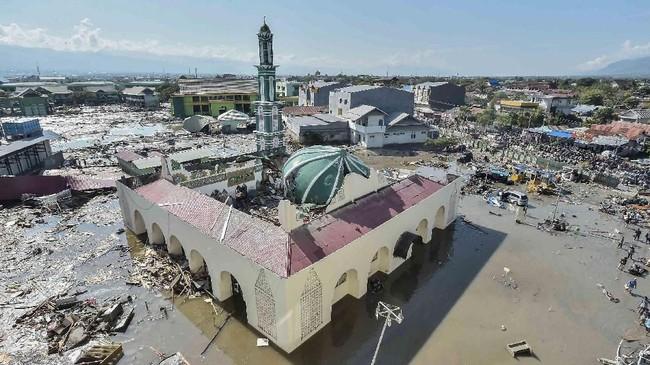 Suasana kawasan masjid Baiturrahman yang diterjang tsunami di wilayah Talise, Palu Barat, Sulawesi Tengah, Minggu (30/9). Pantai Talise adalah salah satu kawasan yang diterjang tsunami. ANTARA FOTO/Muhammad Adimaja