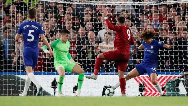 Roberto Firmino gagal mencetak gol setelah tandukannya di depan gawang berhasil diadang David Luiz. (REUTERS/David Klein)