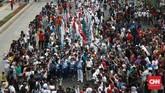 Masyarakat yang berada di kawasan Bebas Berkendara (CFD) Jalan M.H Thamrin terlihat antusias menyaksikan Pawai Obor Api Asian Para Games 2018. CNN Indonesia/Andry Novelino