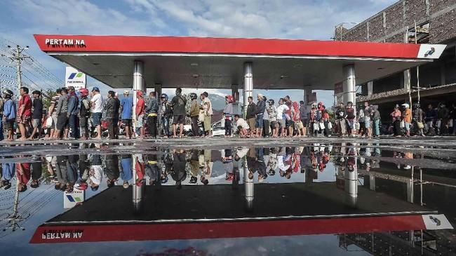 Warga membutuhkanbahan bakar minyak untuk kendaraan untuk mencari sanak saudara dan menyalakan genset untuk penerangan listrik. (ANTARA FOTO/Muhammad Adimaja)