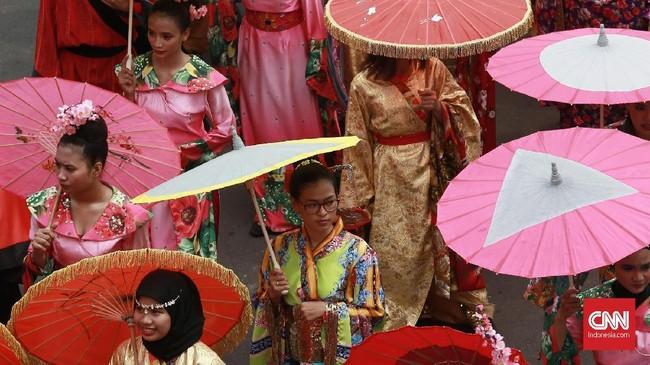 Parade dengan kostum negara peserta seperti Korea Selatan menjadi rangkaian iringan pawaiobor apiAsian para Games 2018. (CNN Indonesia/Andry Novelino)