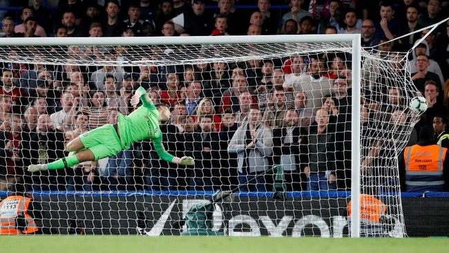 Tendangan keras melengkung Daniel Sturridge tak mampu digapai Kepa Arrizabalaga yang sudah berusaha keras untuk menggagalkannya. (REUTERS/David Klein)