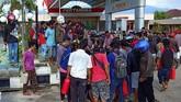 BBM menjadi salah satu kebutuhan untuk segera dipasok ke Palu dan Donggala untuk menghidupkan genset serta untuk bahan bakar kendaraan operasiona. (ANTARA FOTO/Rolex Malaha)