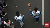 Pawai Obor Asian Para Games 2018 juga ikut dimeriahkan oleh para disabilitas. Ada juga pertunjukan kesenian lokal. Ada perlombaan juga untuk para penyandang disabel. (CNN Indonesia/Andry Novelino