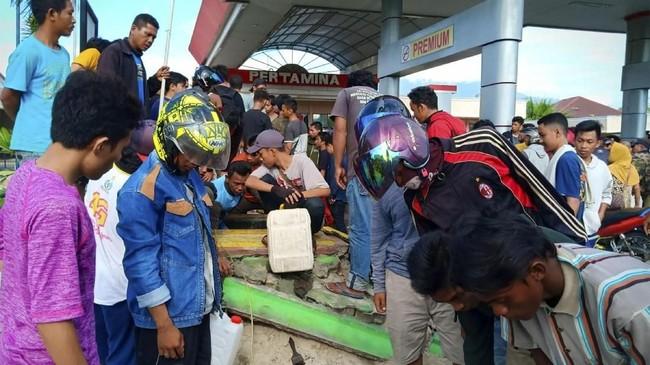 Pemerintah menargetkan dalam beberapa hari ke depan pasokan BBM di Palu dan Donggala sudah normal sehingga mobiliasasi warga tak terganggu. ANTARA FOTO/Rolex Malaha