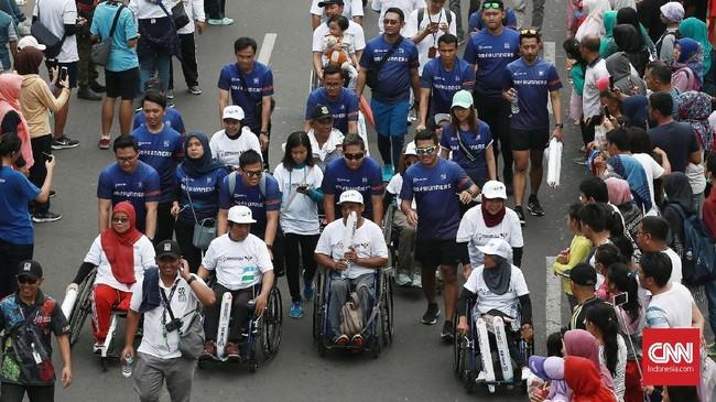 Pawai Obor Asian Para Games 2018 juga ikut dimeriahkan oleh para penyandang disabilitas. (CNN Indonesia/Andry Novelino)
