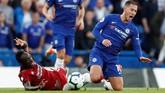Setelah sukses mencetak gol, Eden Hazard menjadi sorotan pemain Liverpool. Sadio Mane bahkan harus diganjar kartu kuning karena menjegal Hazard. (Reuters/John Sibley)