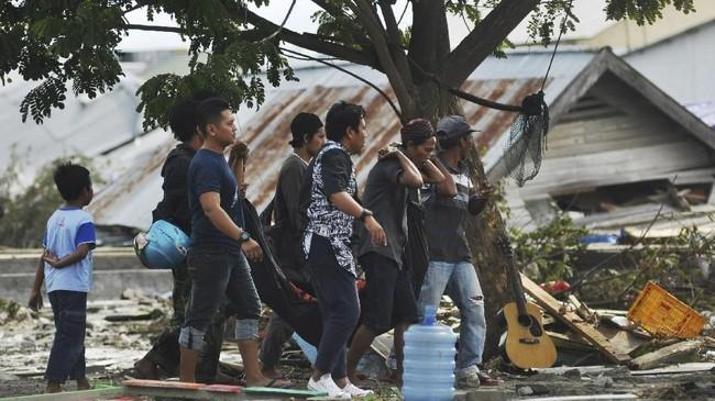 Sejumlah warga mengusung jenazah yang ditemukan di sekitar pesisir pantai teluk palu kecamatan Palu Timur, Palu, Sulawesi Tengah, Sabtu (29/9). ANTARA FOTO/Zainuddin Mn