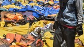 Warga mencari korban gempa dan tsunami yang tewas di RS Bhayangkara, Palu, Sulawesi Tengah, Minggu (30/9). BNPB merilis jumlah korban yang meninggal dunia akibat gempa dan tsunami yang melanda Kota Palu tercatat 832. (ANTARA FOTO/Muhammad Adimaja)