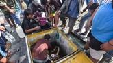 Warga pun terpaksa mengambil BBM dari tangki penyimpanan bahan bakar di SPBU, Palu, Sulawesi Tengah, Minggu (30/9). (ANTARA FOTO/Muhammad Adimaja)