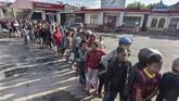 Namun nahas, stasiun pengisian bahan bakar umum (SPBU) tak beroperasi karena tak ada daya listrik untuk mengoperasikan pompa pengisian. (ANTARA FOTO/Muhammad Adimaja)