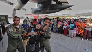 Warga Menumpuk di Bandara Palu, Stok Pesawat Masih Minim