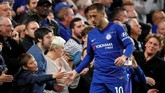 Eden Hazard menyalam tangan suporter cilik yang berupaya menggapainya. (REUTERS/David Klein)