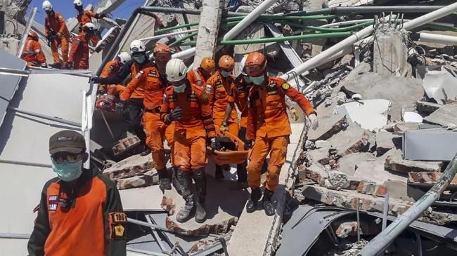 Tim SAR melakukan evakuasi korban gempa yang tertimbun reruntuhan bangunan hotel Roa-Roa di Palu, Minggu (30/9). Diperkirakan sebanyak 50 orang tertimbun di reruntuhan bangunan hotel itu. ANTARA FOTO/BNPB